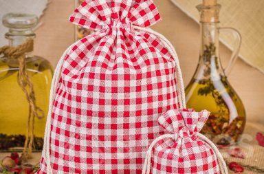 Las bolsas de lino a cuadros rojos de moda son una gran decoración para la encimera o el estante
