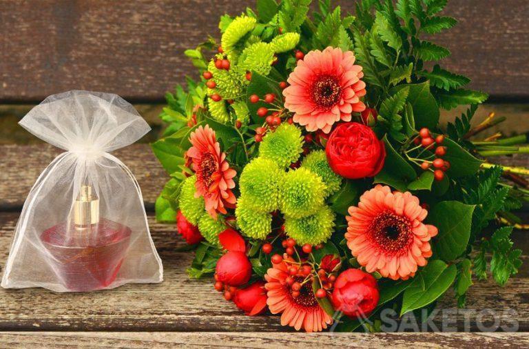Set de regalo para mujer: un ramo de flores y un perfume en una bolsa de organza