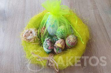Huevos de Pascua pintados a mano en bolsas de organza verde neón.