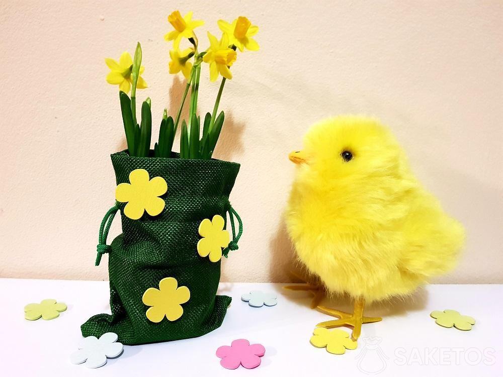 Bolsa de Pascua decorada con flores autoadhesivas