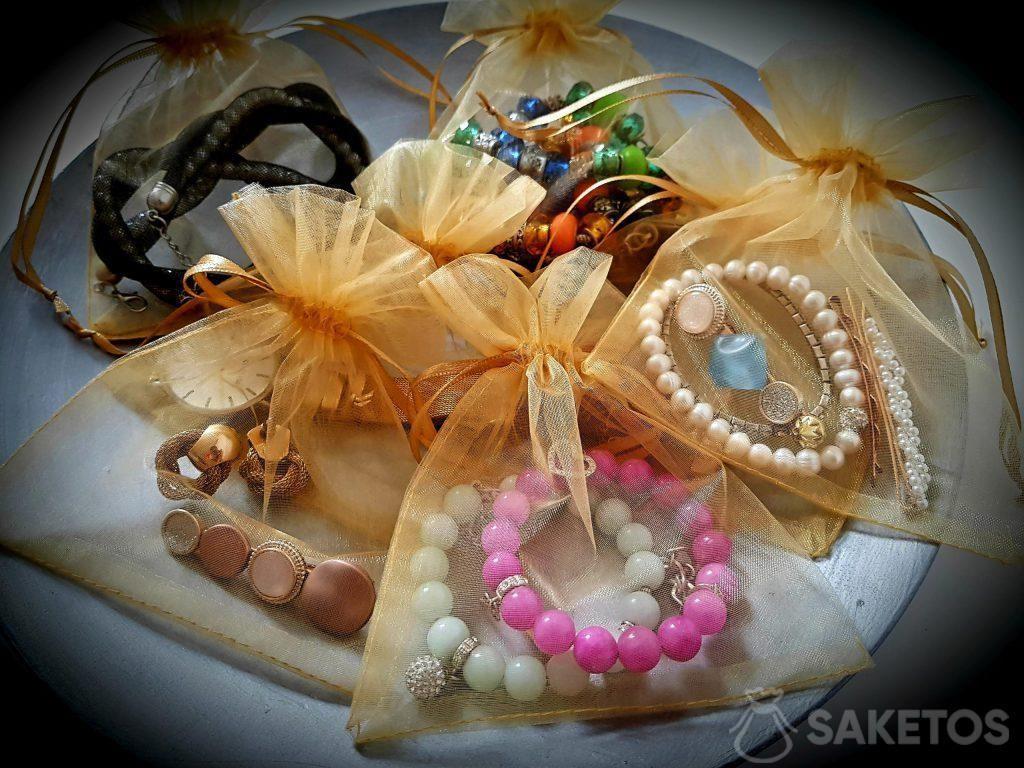5. Las bolsas de organza protegen tu joyería durante el viaje.