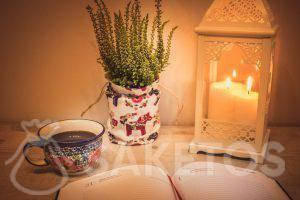 1.Mesa con una linterna decorativa y una bolsa de lino como funda de maceta.