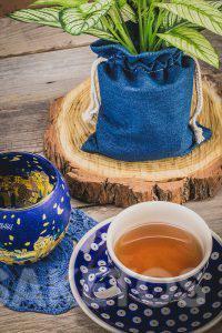 4.Taza de cerámica con té y una bolsa de mezclilla para maceta
