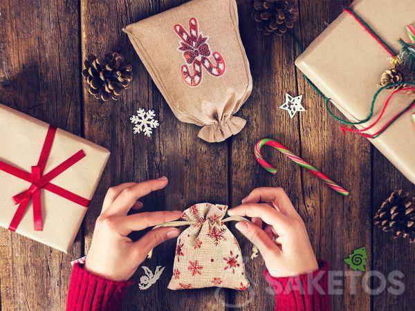 Bolsas de tela son la respuesta perfecta a la pregunta de cómo empacar de forma bonita un regalo de Navidad