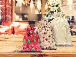 Fabricante de bolsas navideñas, aquí de yute y lino
