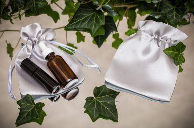 Elegantes bolsitas de satén para productos cosméticos
